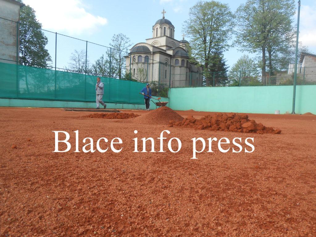 Srednjivanje teniskog terena
