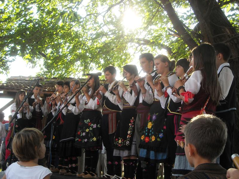 Flute_orchestra_from_Brus