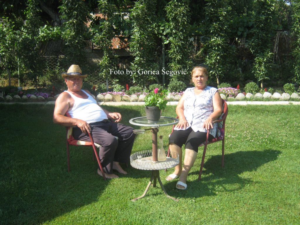 Vucko i Jela u svom dvoristu
