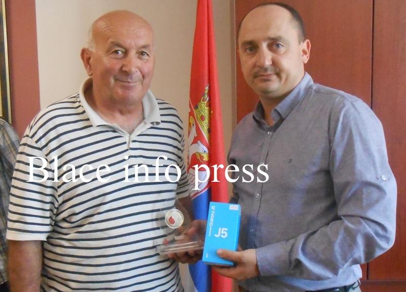 Profesor Zoran Pavlović krv dao čak 75 puta, na slici sa predsednikom Opštine Blace Milanom Ćurčićem
